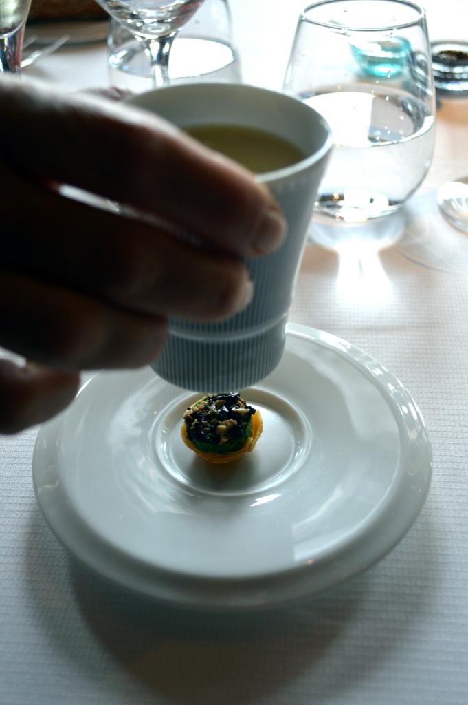 Corolle de pâte filo, crème de légumes dissumulée sous la tasse