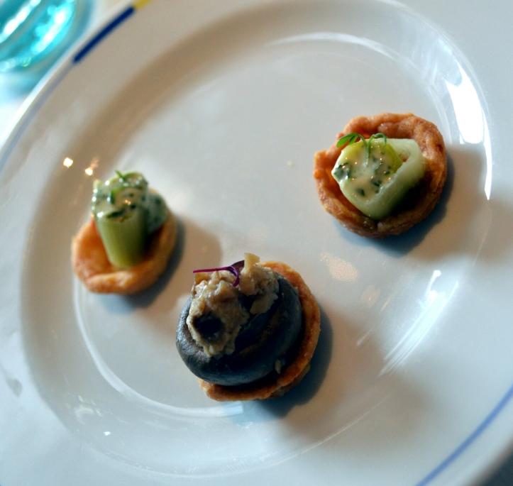 Tartelettes parmesan garni de poireaux vinaigrettes pour la première, champignon pour la seconde