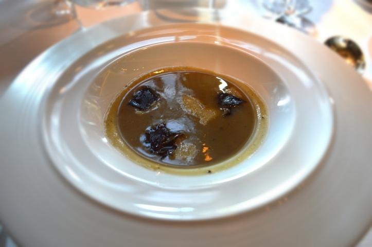 Soupe artichaut et truffe noire : la soupe de Guy Savoy, puissante et équilibré, l'artichaut a trouvé son maître