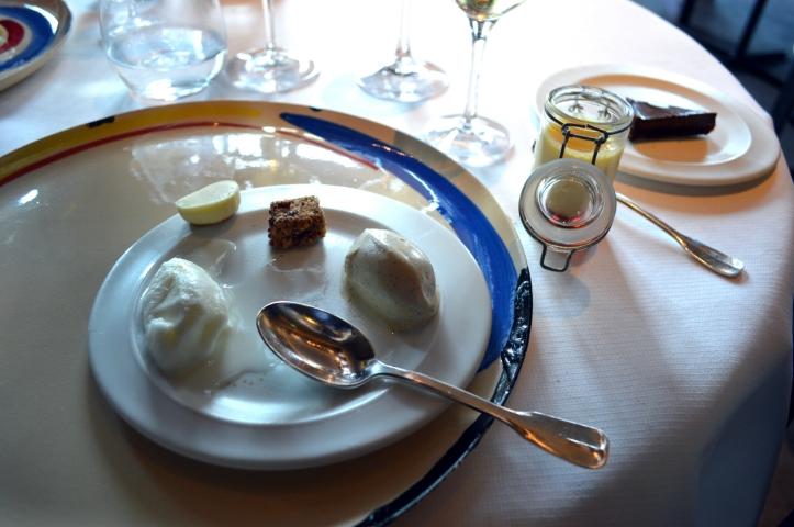 Une glace vanille comme nul part ailleurs, un sorbet lait d'amande doux et parfumé, un sorbet poire yuzu qui nous donnerait de marier ces deux fruits à jamais, un riz au lait à la cuisson et la texture irréprochable, une crème caramel dense et fondante au bon goût d'œuf cuit, guimauves noisettes régressives, et une tarte chocolat puissante et cacaoté où la pâte croquante et la crème fondante viennent clotûrer un repas que l'on est pas prêt d'oublier