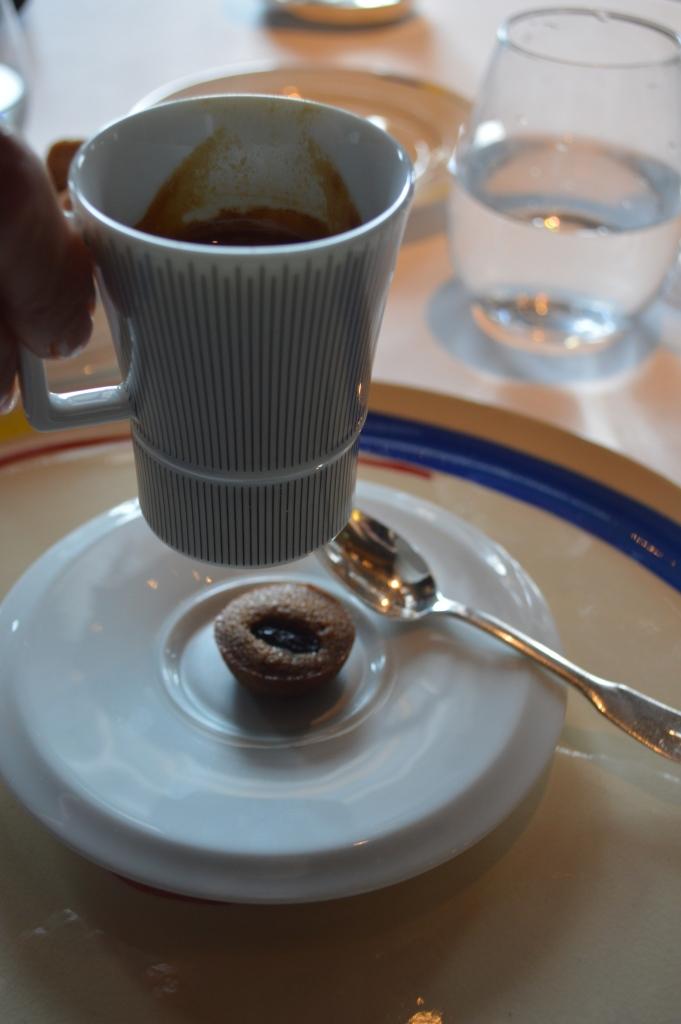 On termine avec la même tasse que celle qui nous a permis d'entamer le repas et un financier encore chaud